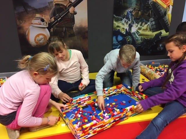 Gyerekzsúr LEGO építés